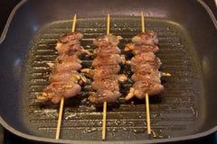 Kippenharten op vleespennen Stock Afbeelding