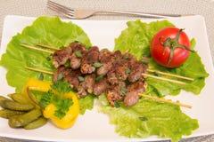 Kippenharten op vleespennen met groenten Stock Foto's