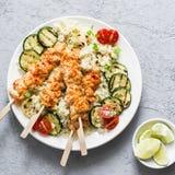 Kippenkebab, cous van bloemkoolcous en geroosterde courgette Het mediterrane stijl gezonde eten op een grijze achtergrond royalty-vrije stock foto's