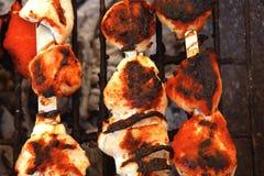 Kippenkebab die op barbecue wordt gekookt Stock Fotografie