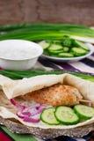 Kippenkebab met groenten, saus en pitabroodje stock afbeeldingen