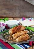 Kippenkebab met groenten, saus en pitabroodje stock foto