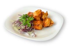Kippenkebab met uien en kruiden op witte achtergrond worden geïsoleerd die Stock Foto