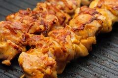 Kippenkebab op vleespennen Stock Foto