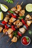 Kippenkebab op vleespennen met paddestoelen Royalty-vrije Stock Afbeeldingen