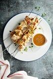 Kippenkebabs met gembersaus stock foto