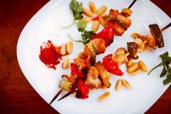Kippenkebabs met gestemde peper en courgette, close-up Royalty-vrije Stock Afbeelding