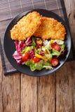 Kippenlapje vlees in het paneren Panko en vers saladeclose-up op Royalty-vrije Stock Afbeeldingen