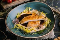 Kippenlapje vlees met fijngestampt aardappels en zout stock foto's