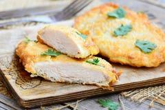 Kippenlapjes vlees in eibeslag dat worden gebraden Knapperige kippenlapjes vlees op een houten raad Het gemakkelijke recept van d Stock Afbeelding