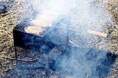 Kippenlapjes vlees op de grill in de rook royalty-vrije stock afbeeldingen