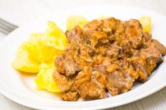 Kippenlevers in een romige saus met aardappel Stock Foto's