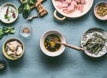 Kippenmaaltijd het koken concept De olie en de sojasaus van het kippenvlees marineren in kom op de achtergrond van keukenlijsten Royalty-vrije Stock Fotografie
