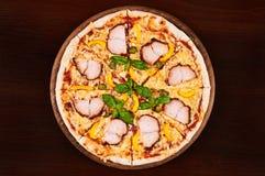 Kippenpastrami, gele peper en kappertjespizza Stock Afbeelding