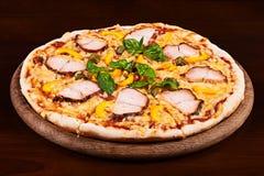 Kippenpastrami, gele peper en kappertjespizza Stock Fotografie