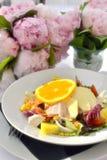 Kippensalade met vruchten en bloemen stock afbeelding