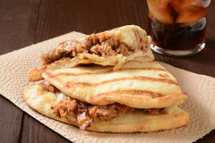 Kippensandwich op naan brood Stock Foto