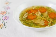 Kippensoep of bouillon met noodels, de stukken van het kippenvlees, wortelplakken en kruiden Royalty-vrije Stock Afbeeldingen
