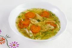 Kippensoep of bouillon met noodels, de stukken van het kippenvlees, wortelplakken en kruiden Royalty-vrije Stock Foto