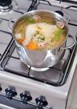 Kippensoep die worden gekookt stock afbeeldingen