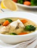 Kippensoep met groenten en orzo Stock Foto's