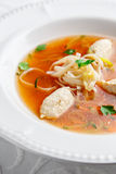 Kippensoep met noedels en groenten in witte kom Royalty-vrije Stock Afbeelding