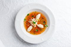 Kippensoep met noedels en groenten in witte kom Stock Afbeeldingen