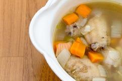 Kippensoep met wortelen en ui Stock Foto