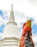 Kippenstandbeeld bij tempel met blauwe hemel stock afbeelding