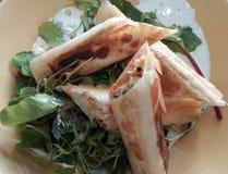 Kippenstrudel met Salade royalty-vrije stock fotografie
