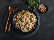 Kippenteriyaki met Aziatische noedels udon, sesam, rustieke steenachtergrond close-up Chinese/Japanse noedels royalty-vrije stock fotografie