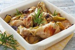 Kippentrommelstokken in de oven worden gekookt die Royalty-vrije Stock Foto