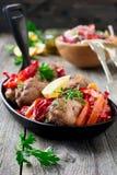 Kippentrommelstokken met gebakken peper en citroen in een pan op een donkere achtergrond Royalty-vrije Stock Fotografie