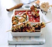 Kippenvleespennen in kruidige marinade en tomatenonderdompeling royalty-vrije stock foto