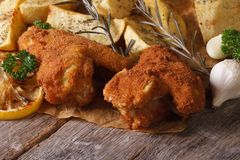 Kippenvleugels in beslag met aardappels die dichte omhooggaand worden ondergedompeld Royalty-vrije Stock Fotografie