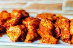Kippenvleugels in een barbecuesaus worden gemarineerd, een typische Amerikaan die royalty-vrije stock afbeelding