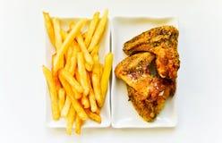 Kippenvleugels met frieten Stock Foto