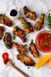 Kippenvleugels in oranje gebakken saus Stock Fotografie