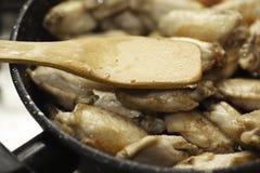 Kippenvleugels in pan Stock Foto's