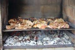 Kippenvoedsel op een baksteenbarbecue die wordt geroosterd Stock Afbeelding