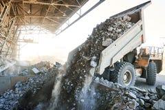 Kipper-LKW, der Granit oder Erz in Sortieranlage entlädt stockfotografie