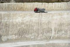 Kipper-LKW in einer Kreidegrube Stockfoto