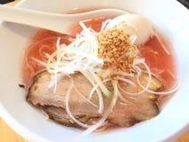 Kipposhi拉面用桃红色八仙花属和猪肉汤在东京日本 免版税图库摄影