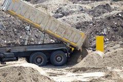 Kippwagen an der Baustelle lizenzfreies stockbild