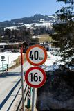 Kirchberg em Tirol, Tirol/Áustria - 24 de março de 2019: Sinais do limite da velocidade e do peso em uma estrada austríaca peq fotos de stock