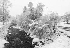 Kirchberg i Tirol, vinter Flod royaltyfria bilder