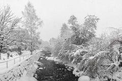 Kirchberg i Tirol, vinter Flod arkivbilder