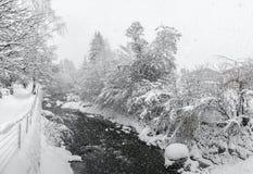 Kirchberg i Tirol, vinter Flod arkivbild