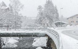 Kirchberg i Tirol, vinter Flod royaltyfri fotografi