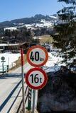 Kirchberg in Tirol, Tirol/Österreich - 24. März 2019: Geschwindigkeits- und Gewichtsgrenzzeichen auf einer kleinen österreichi stockfotos